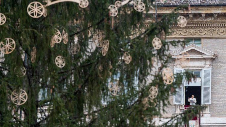 Papež Frančišek vsako nedeljo in praznik vodi opoldansko molitev z okna apostolske palače na Trgu sv. Petra.