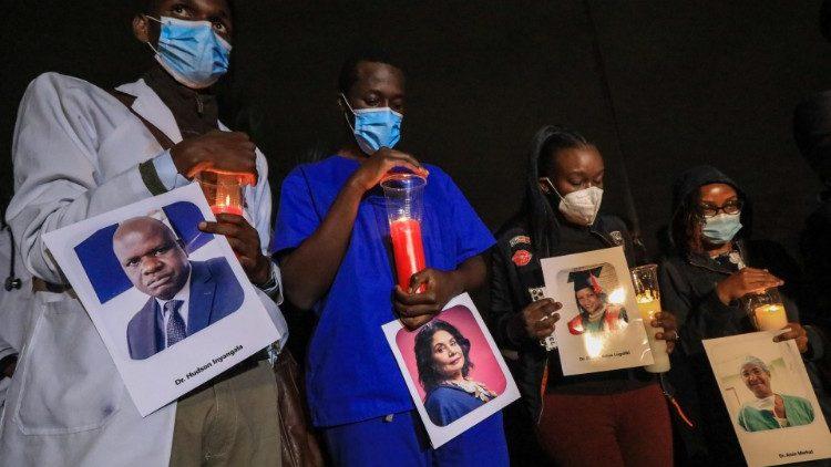 Para dokter Kenya yang memprotes memegang foto almarhum rekannya yang meninggal karena Covid-19
