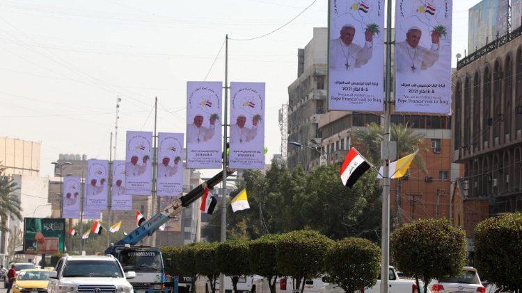 Les rues de Bagdad décorées d'affiches à quelques jours de la visite du Pape François.
