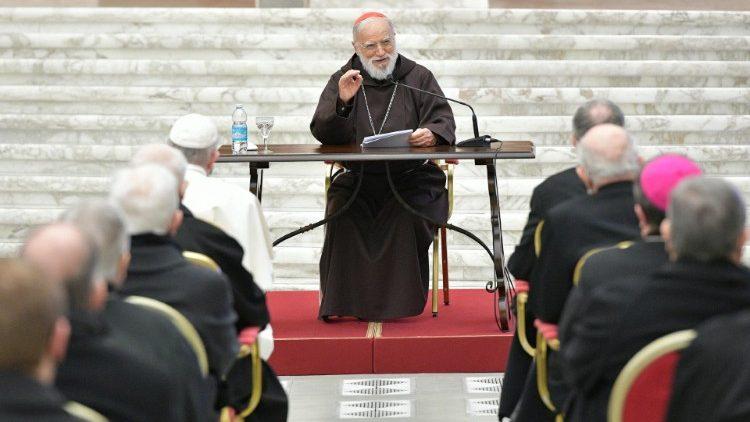 Le cardinal Cantalamessa délivrant son enseignement en Salle Paul VI, le 26 mars 2021, devant le Pape et les responsables de la Curie romaine.