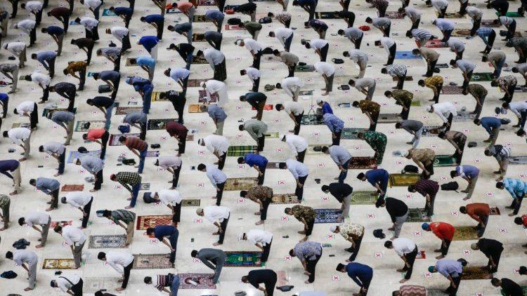 Tín đồ Hồi giáo Indonesia cầu nguyện trong tháng Ramadan