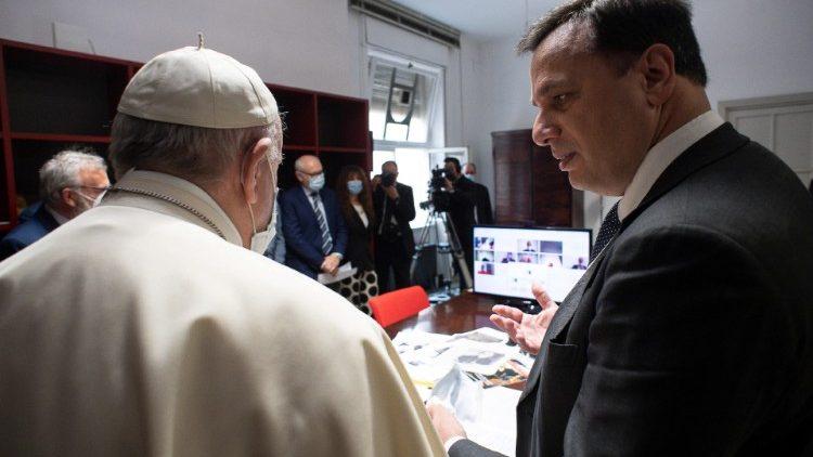 Francesco  alla riunione di redazione de L'Osservatore Romano