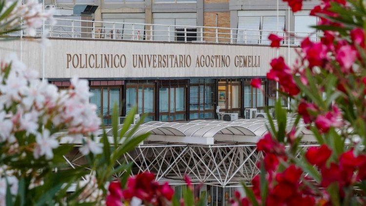 Entrée de l'hôpital Gemelli, à Rome