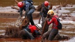 members-of-a-rescue-team-search-for-victims-o-1549396440902.JPG