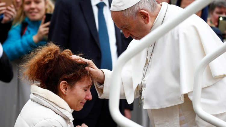 pope-francis-blesses-a-woman-during-the-weekl-1554284962755.JPG