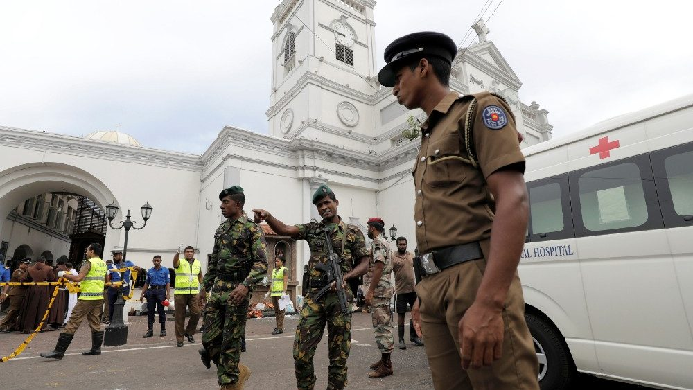 sri-lankan-military-officials-stand-guard-in--1555828440732.JPG