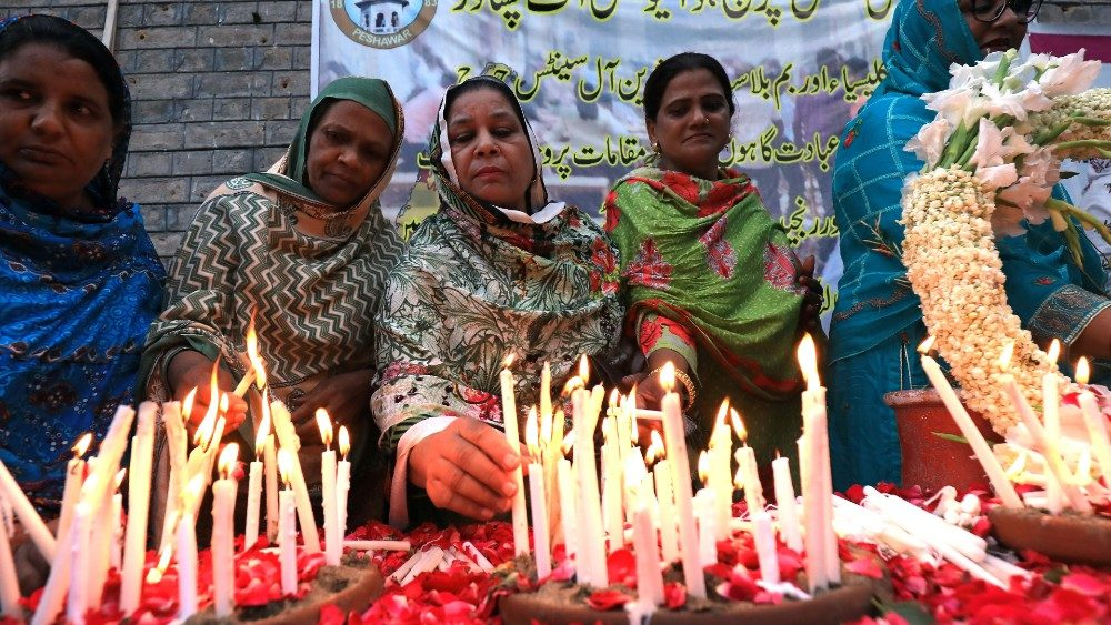 people-light-candles-for-the-victims-of-sri-l-1556122734430.JPG