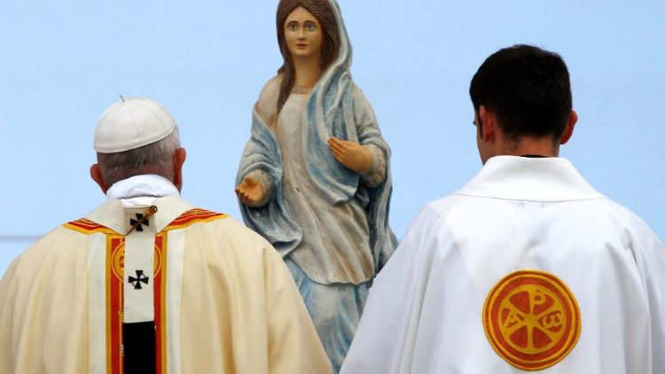 """Papa quer encontrar plenamente """"a riqueza étnica, cultural e religiosa da Romênia"""", muitas vezes chamada """"Jardim da Mãe de Deus""""."""