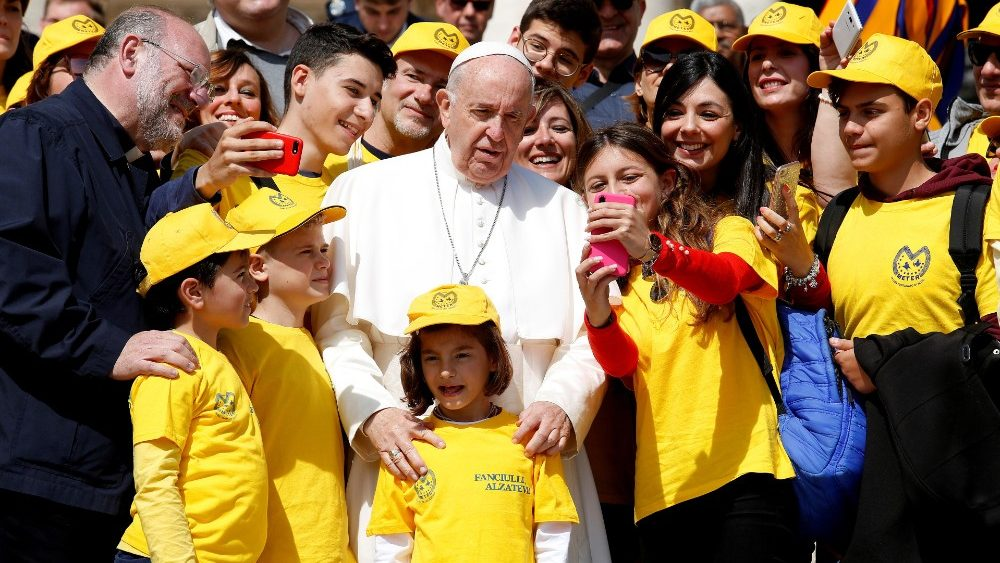 pope-francis-poses-for-a-photo-at-the-end-of--1557308051348.JPG