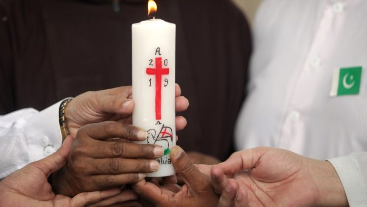 People of various religions hold a candle for the victims of the previous Ökumeneblast, during a vigil organized by the National Commission for Inter-Religious Dialogue & Ecumenism (NCIDE) in Lahore