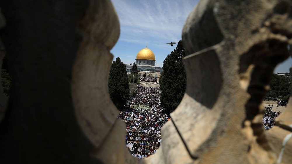 palestinians-pray-on-the-first-friday-of-the--1557493756166.JPG