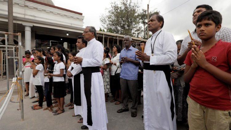Vjernici u molitvi ispred crkve svetoga Antuna u Colombu