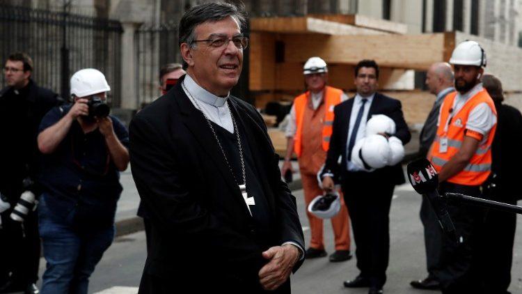 Mgr Michel Aupetit devant la cathédrale Notre-Dame de Paris, le 15 juin 2019