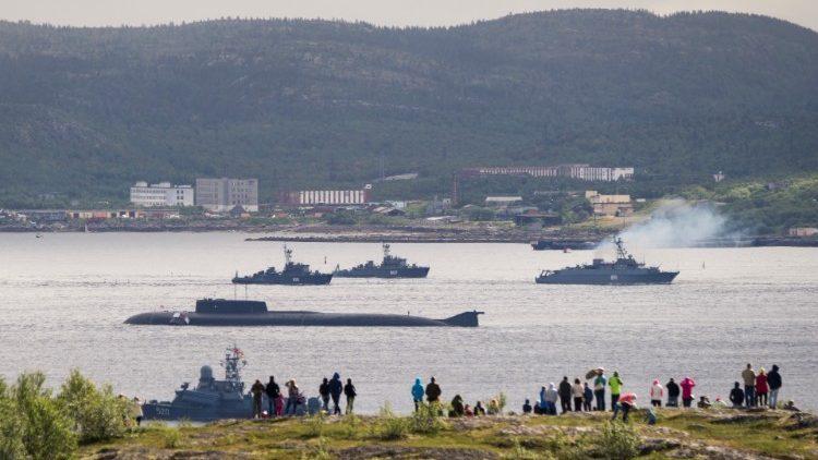 Tàu hải quân và tàu ngầm tại cảng Severomorsk, Nga - ảnh chụp 31/7/2016