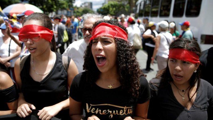 Venezuelans shout pro-opposition slogans in Caracas