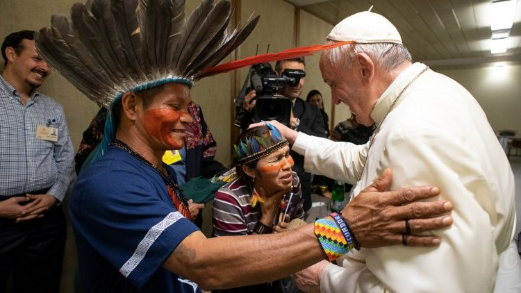 Papa e indígenas