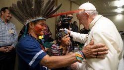 Il Papa con alcuni indigeni dell'Amazzonia
