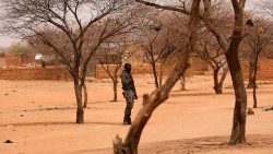 Une sentinelle en faction devant un village au Burkina.