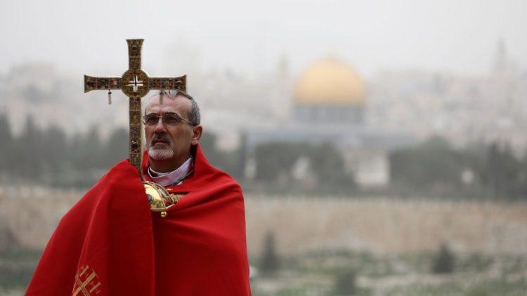 Mgr Pizzaballa, sur le mont des Oliviers, lors du dimanche des Rameaux, le 5 avril 2020.
