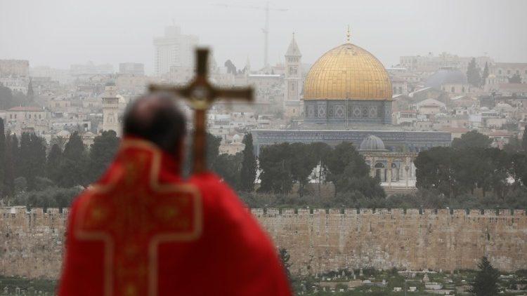 Nadškof Pierbattista Pizzabala s pogledom na Jeruzalem v ozadju