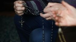 Pope encourages faithful to pray Rosary at home