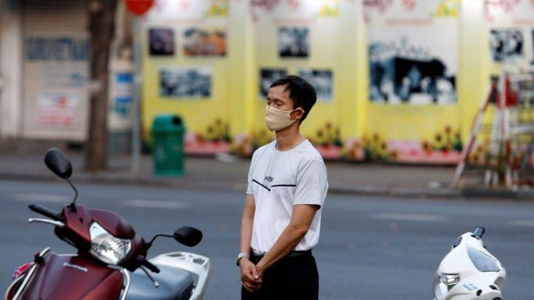 Un homme s'arrête devant une église de Ho Chi Minh pour prier, le 18 avril 2020