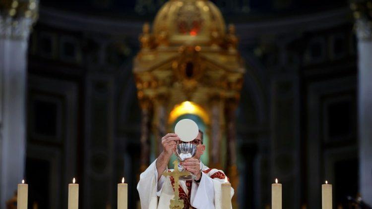 Un prêtre célébrant l'eucharistie en l'église saint François-Xavier à Paris, le 24 mai 2020.