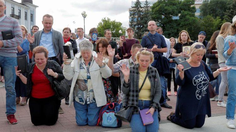 Fidèles priant pour la paix lors d'une procession à Minsk