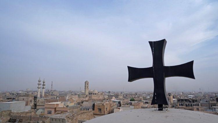 Croix au-dessus de l'église Saint-Thomas dans la vieille ville de Mossoul en Irak, le 28 octobre 2020