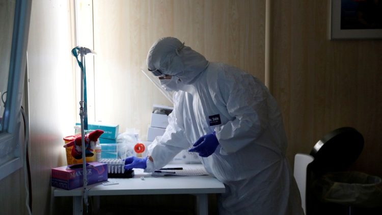 A healthcare worker at a covid-19 testing site in Budapest