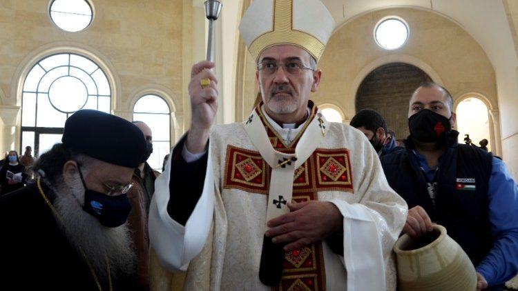 Patriarh Pierbatista Pizzabala med mašo v cerkvi Jezusovega krsta v Jordaniji