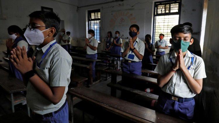 écoliers indiens priant en classe