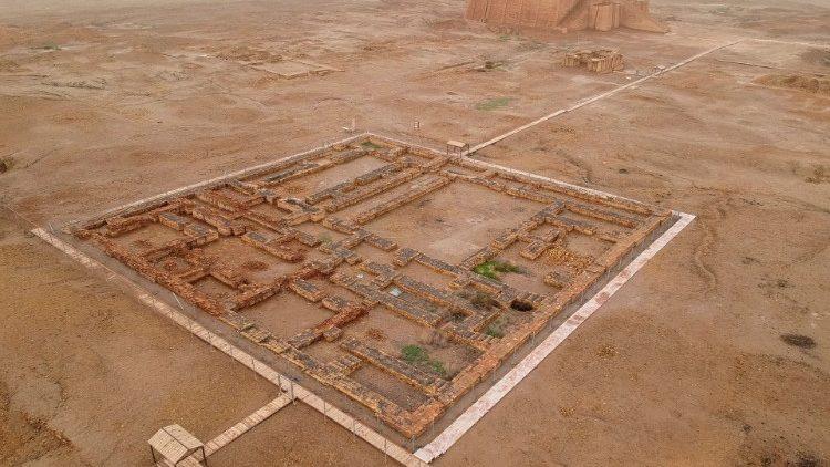 Site archéologique d'Ur - ziggurat en arrière-plan