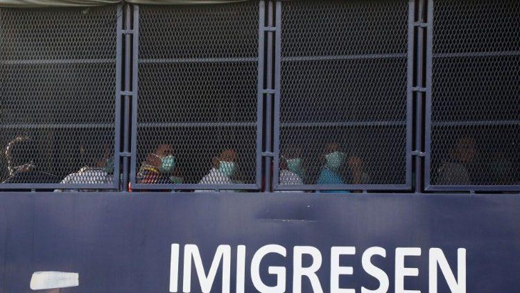 Những người tị nạn Myanmar bị trục xuất khỏi Malaysia được nhìn thấy trên một chiếc xe thùng