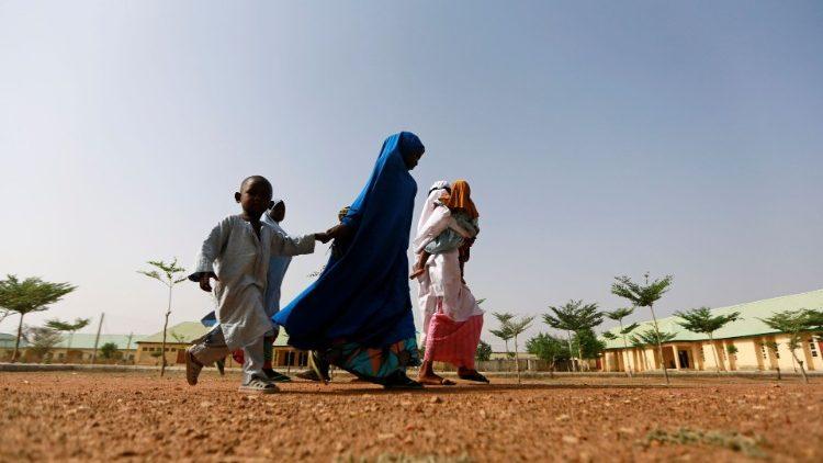 Des mères retrouvent leur petites filles après des enlèvements à Jangebe, au Nigeria le 3 mars 2021.