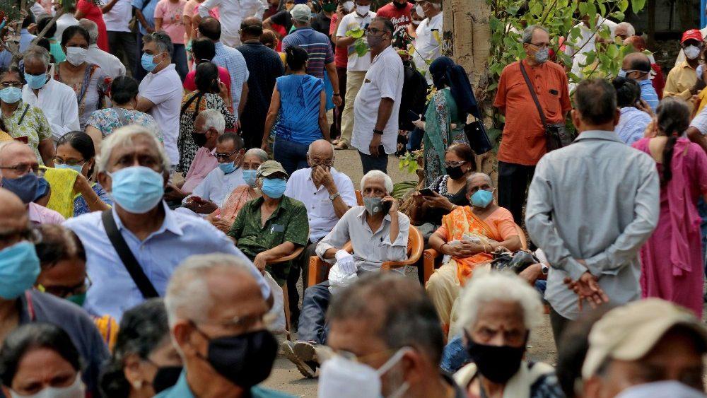 Pessoas usando máscaras protetoras esperam para receber uma vacina contra o coronavírus em um centro de vacinação em Mumbai, Índia, 26 de abril de 2021. REUTERS / Niharika Kulkarni