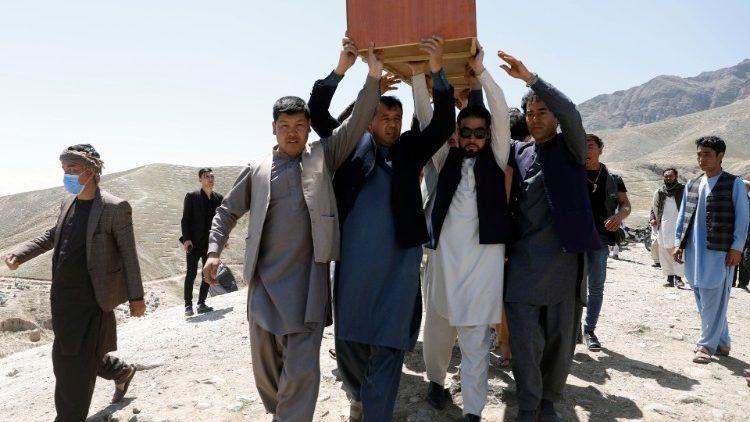Una delle salme in conseguenza degli ultimi attentati in Afghanistan