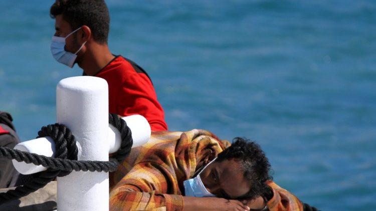 Un gruppo de migrantes atraviesa el Mediterráneo