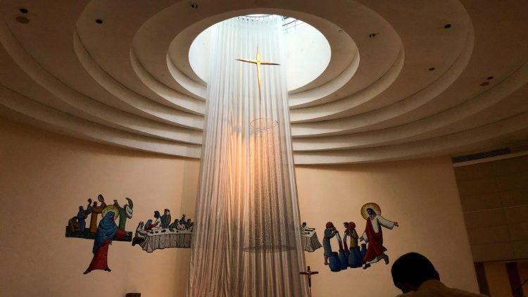 Một tín hữu cầu nguyện tại một nhà thờ ở Hồng Kông vào lễ đêm Giáng sinh năm 2019