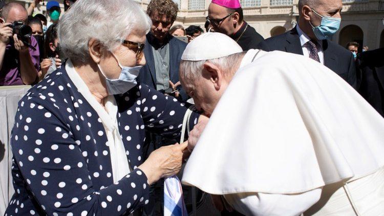 ĐTC gặp và hôn lên con số xăm trên tay của một nạn nhân sống sót sau cuộc diệt chủng của Đức quốc xã