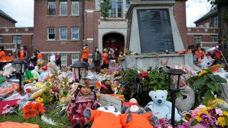Un memorial en los terrenos de la antigua Escuela Residencial India de Kamloops se ve después de que los restos de 215 niños, algunos de tan sólo tres años de edad, fueron encontrados en el sitio en Kamloops, Columbia Británica, Canadá 5 de junio de 2021