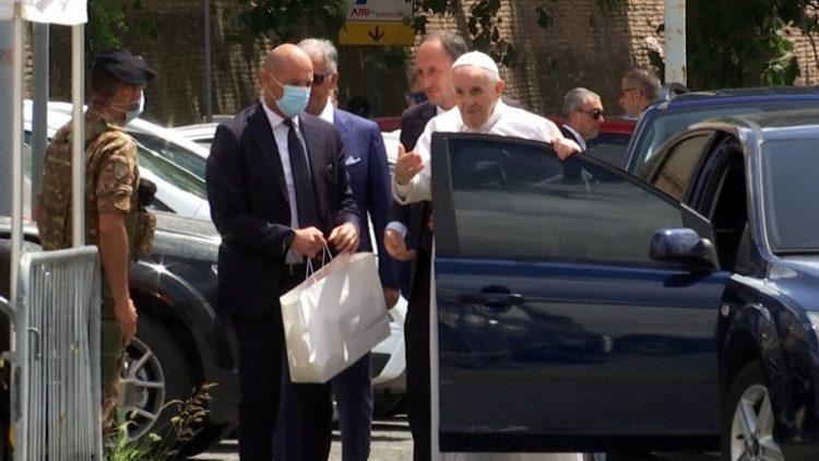 ĐTC xuống xe chào các cảnh sát trước khi vào Vatican