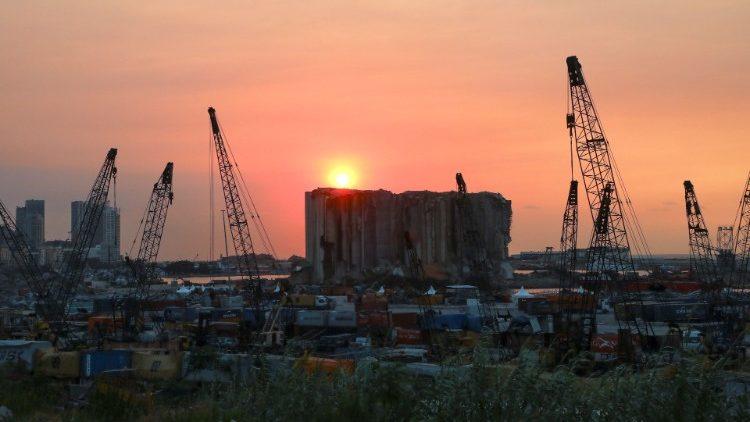 Le port de Beyrouth encore endommagé le 29 juillet 2021, un an après la double explosion du 4 août 2020.