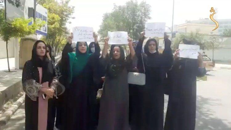 Des Afghanes manifestent pour demander aux Talibans de respecter leurs droits