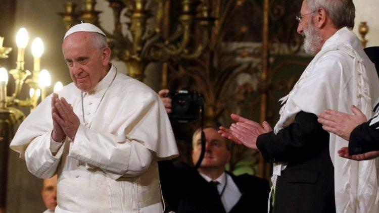 Le Pape François en visite à la Grande synagogue de Rome -Tempio Maggiore di Roma-, le 17 janvier 2016.
