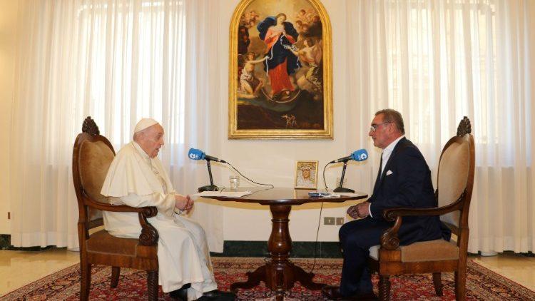 Papst Franziskus und der Journalist Carlos Herrera bei dem Interview im Vatikan (COPE)