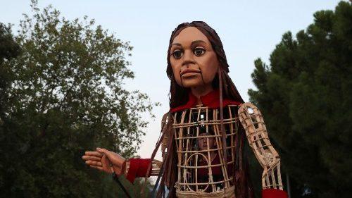 La marioneta Amal, símbolo de los niños refugiados, llega a San Pedro