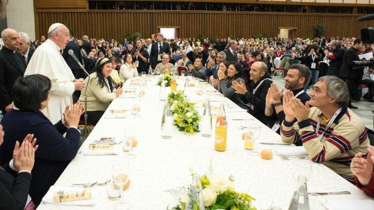 Папа Франциск на встрече с бедными в Зале Павла VI