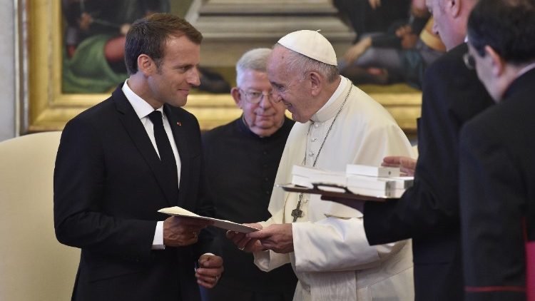 Pope  exchanges gifts with French President Macron