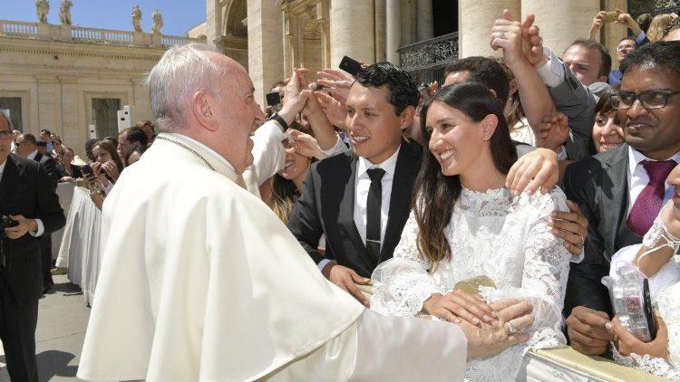 Papa Francisco com recém casados na Audiência Geral